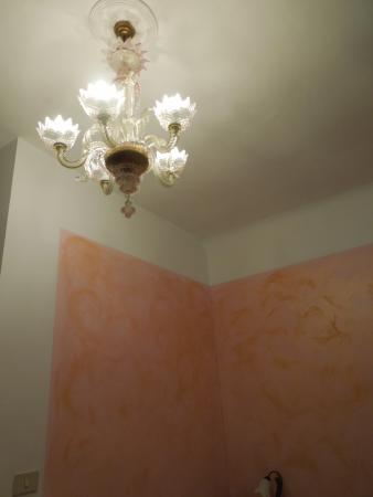 Hotel San Samuele: Every room has a lovely Murano glass chandelier!