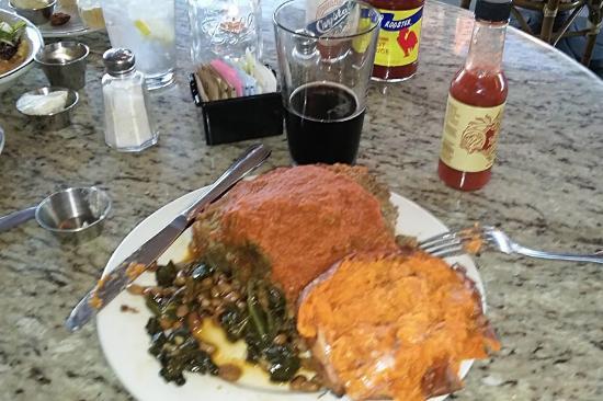 Santa Paula, Kalifornia: Cajun meatloaf with sweet potatoe and collard greens