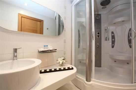 Hotel Venera: Bathroom