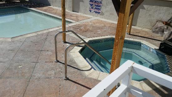 CJ Grand Hotel & Spa: Cold mineral tub OK but Cold!
