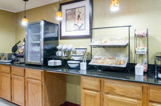 Super 8 Merriam Shawnee: Breakfast