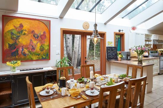 Hedgerow House Bed & Breakfast: Breakfast is served