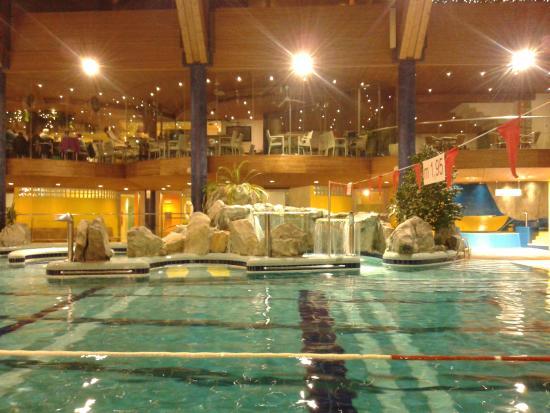 Piscina con getti d 39 acqua e sopra il ristorante foto di - Residence a san candido con piscina ...