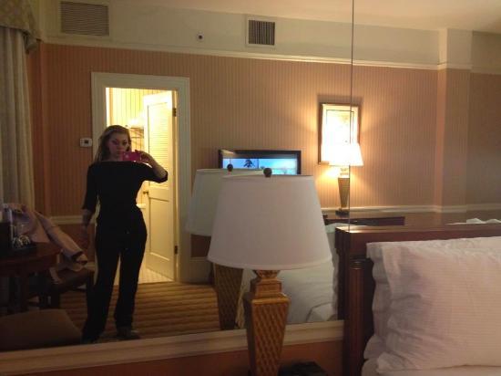 La camera da letto e il suo grande specchio - Picture of Kimpton Sir ...