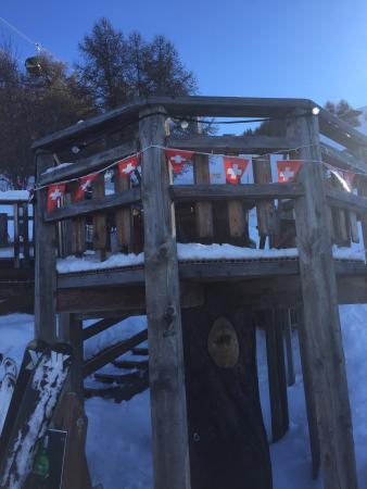 Le petit Resto où il faut s'arrêter quand on descend la piste de skis qui mène à Veysonnaz.   Vi