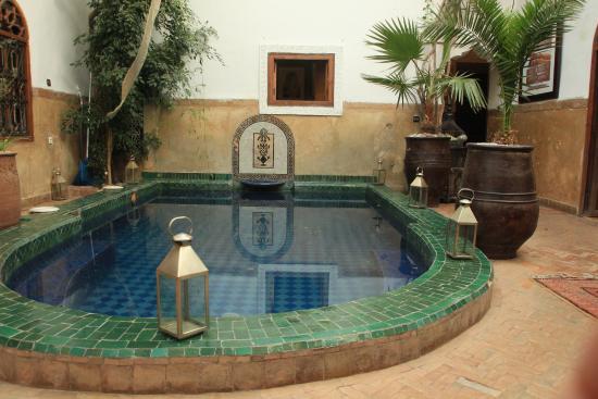 Riad Dar El Aila : Patios et bassin