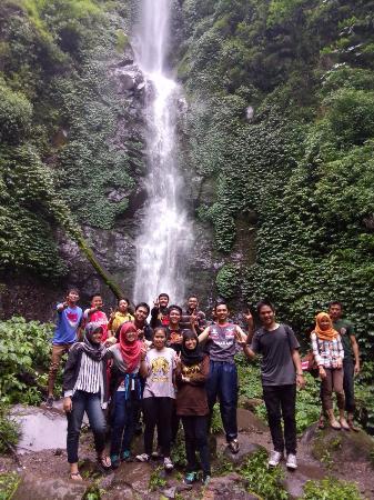 Coban Rais Waterfall: Berfoto bersama berlatarkan air terjun