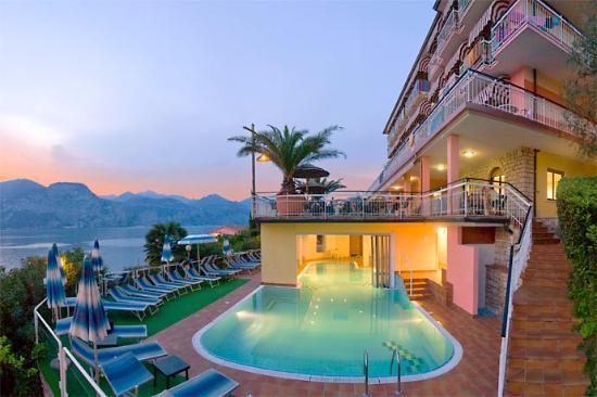 Piscina coperta e scoperta a sbalzo sul lago di garda foto di hotel eden brenzone tripadvisor - Hotel lago garda piscina coperta ...