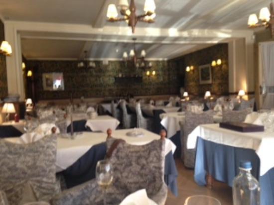 La classique salle à manger - Picture of Royal Hotel-Restaurant ...