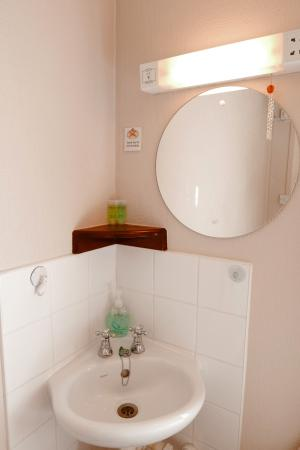 Abbey Guest House: Practical single room sink