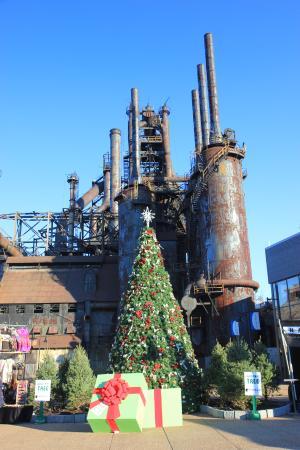 Christkindlmarkt: Decorations by the steel stacks