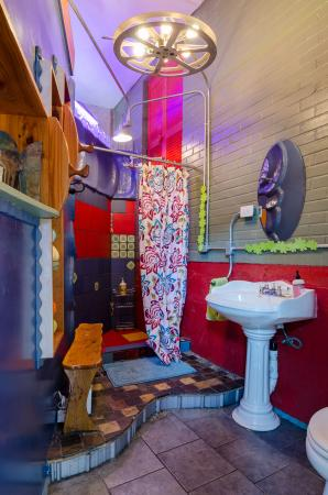 Casa Kenwood Guesthouses: Studio Azul - color bathroom (shower, sink, toilet)