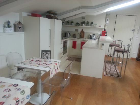 i 2 tavolini per la colazione + cucina e bancone - Picture of Al 19 ...
