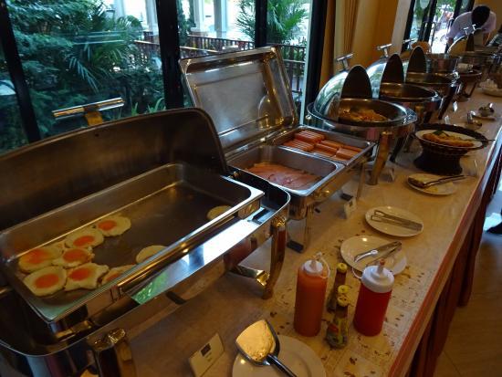 Royal Nakhara Hotel: Breakfast.