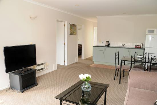 Tudor Lodge Motel : Two bedroom unit with spacious lounge and dining room