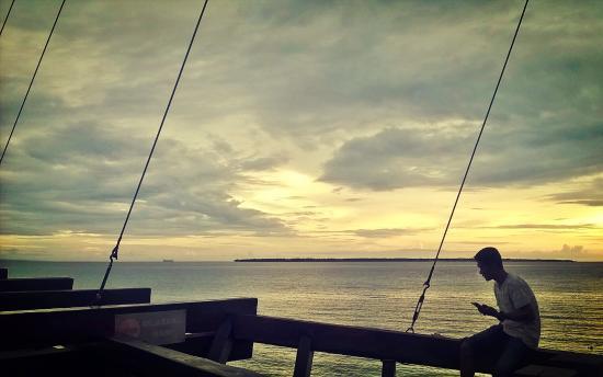 Anda Beach Resort: menikmati sunset di d'perahu