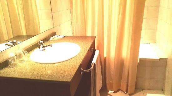 Hotel Tivoli: Habitación, baño y vistas desde el balcón