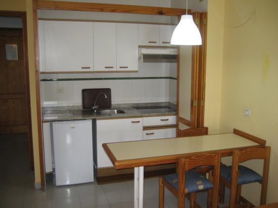 Aparthotel Castillete: La cocina (sin microondas). A la izquierda al fondo, la puerta.