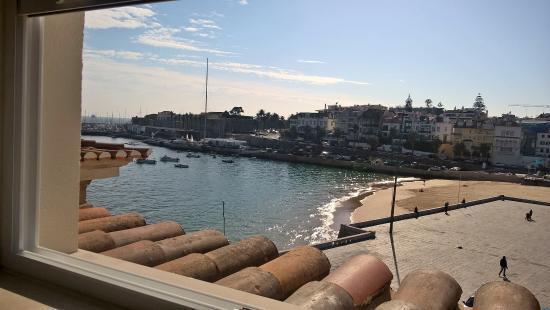 VillaCascais Guesthouse: vista desde la habitación 9, en la segunda planta, vistas hacia la bahía y paseo