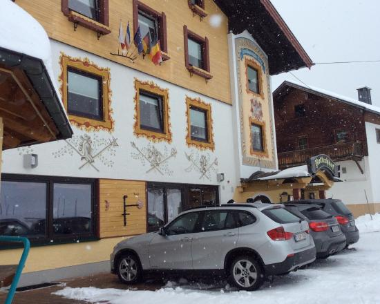 Hotel Rotlechhof: Front of the hotel - parking for 15 cars