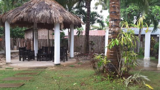 Paragayo Resort: Back of motel. Very pleasant to chill out here after a day at the beach.