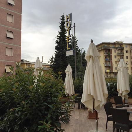 Tavolini esterni picture of hotel touring florence for Tavolini esterni