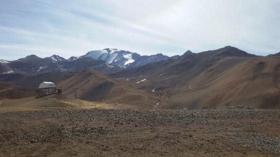 Valle Nevado - Ski Resort Chile: Foto do Valle Nevado em maio de 2015, Época de calor no Chile, por isso há pouca neve.