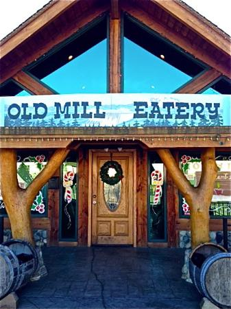 Shasta Lake, CA: Welcoming front entrance of Old Mill Eatery