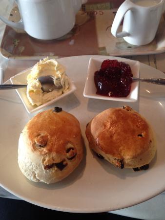 Polly's Pantry Tea Rooms: Scones jam and cream