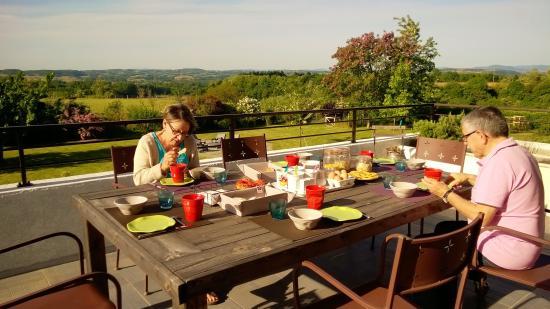La Meridienne des Collines: Petit déjeuner sur la terrasse