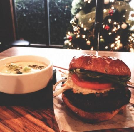 Surrey, Canadá: The L.A. Burger, Chicken Marsala & Risotto, & The EGGNOG CHEESECAKE JAR! Feature Menu December 1