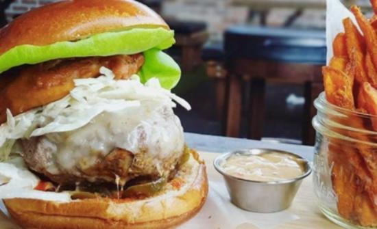 Surrey, Canadá: Bison Burger, White Bean Chicken Chilli, Chicken Marsala & Risotto, & the Eggnog Cheesecake Jar