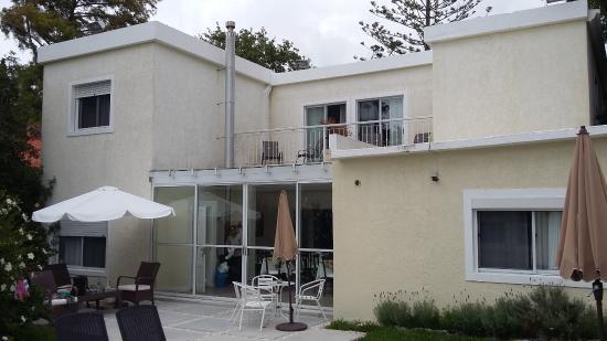 Joan Miro Hotel: Vista del hotel desde el patio trasero
