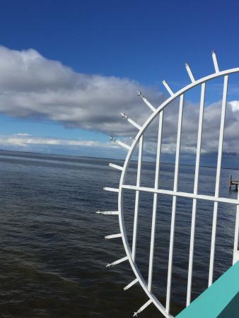 Bokeelia Tarpon Inn: View of the water from the pier at Bokeelia, Florida