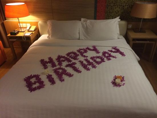 Pathumwan Princess Hotel: Lovely flowers for my birthday, and champagne on the rooftop pool