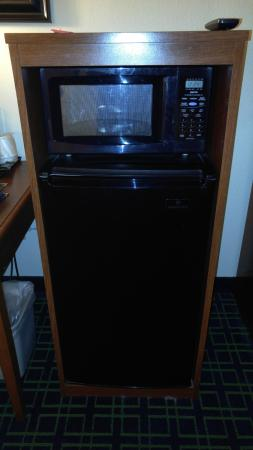 Fairfield Inn & Suites Dulles Airport Chantilly: Microwave and nice size portable frig