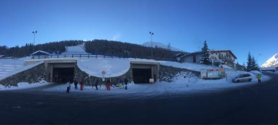 Hotel Pare: Ski-in ski-out. Piste and Teola lift right next to the hotel. Amazing view over Livigno from res