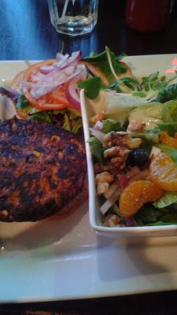Arnprior, Kanada: Black Bean Vegetarian Burger and Honey-Lime Salad