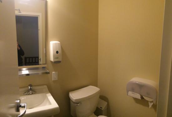 HI- Niagara Falls: washroom