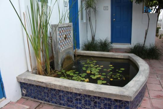 Tres Palmas Inn: Fountain - had gold fish in it