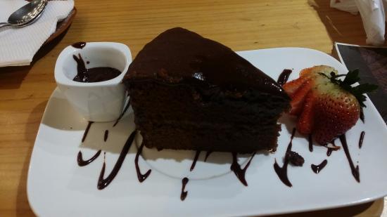 Me Late Chocolate: Tastless chocolate cake with ganache and caramel - sadness.