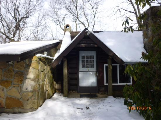 Leber's Log Cabins: The outside of Cabin #7
