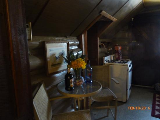 Leber's Log Cabins : The kitchen area