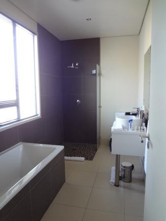The One 8 Hotel: Modernes Badezimmer Mit Fenster