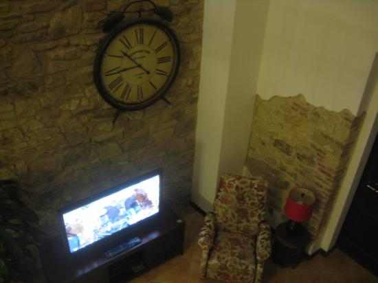 Patty's Casitas: Kensington Station clock and flat-screen TV
