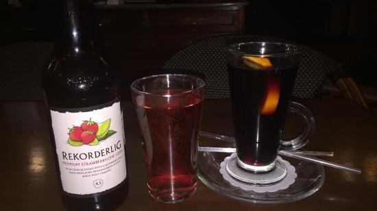 Leckere Getränke in einem angenehmen Pub.Nebenbei Fußball schauen ...