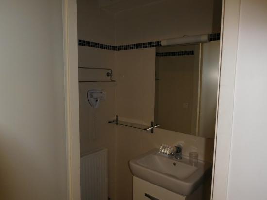 Le Patricia: badkamer in slaapkamer  douche is niet te zien op deze foto