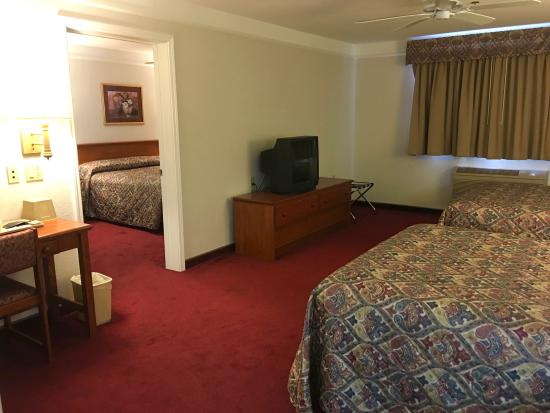 Mt. Shasta Inn and Suites: Two Room Family Suite