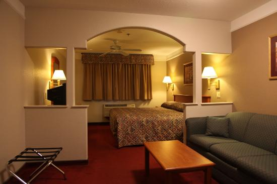 Mt. Shasta Inn and Suites : 1 King Bed Suite