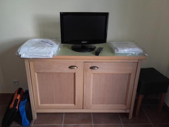 Cuisine avec lave vaisselle vue de la cuisine depuis le for Meuble sous evier lave vaisselle